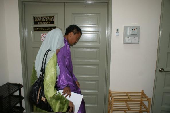 Mohd Noor Izwan bersama Norsaliriah keluar dari kamar mahkamah semalam